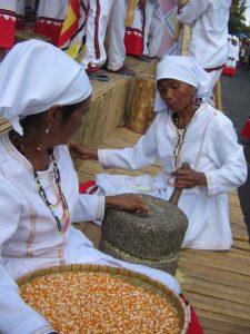 Menumbuk jagung dengan tangan kiri