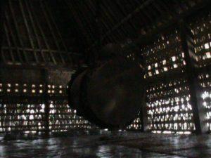 Cahaya masuk melalui celah bambu