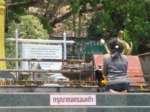 Berdoa di Thailand