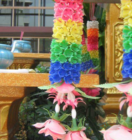 Bunga Plastik untuk Tuhan