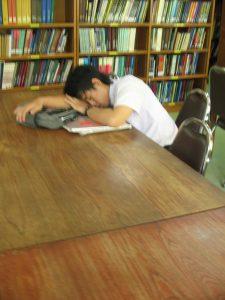 Tidur di perpustakaan